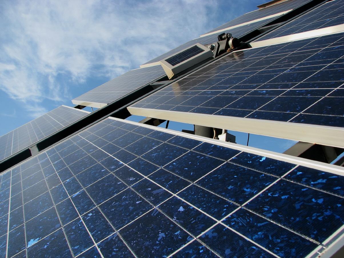 Termosolar Abengoa construye una central de energía solar fotovoltaica de un solo eje en EE UU.