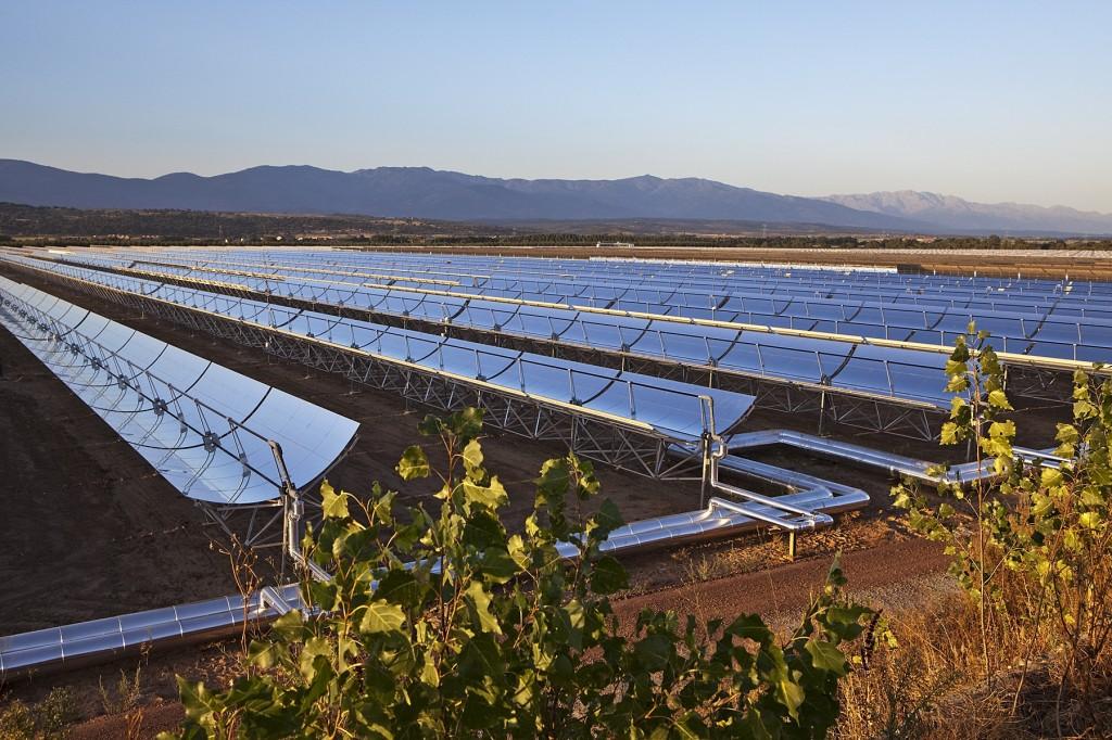"""Ejecutivos de Acciona, Dow, SENER y TSK se reunieron esta semana en Madrid para celebrar una sólida relación entre las empresas y un compromiso con los mercados emergentes de la termosolar o energía solar termoeléctrica (Concentrated Solar Power – CSP, por sus siglas en inglés). """"A medida que nuevas regiones adoptan e invierten en proyectos de CSP, están confiando en líderes tecnológicos con experiencia y capacidad para crear instalaciones de generación de energía a nivel mundial. Como proveedor líder de fluidos de transferencia de calor para CSP, estamos dispuestos a crecer con la industria de la energía solar"""", expresó Juan Antonio Merino, Vicepresidente Comercial de Dow para Europa, Oriente Medio y África. """"Dow posee la capacidad, la envergadura y una inmejorable posición a nivel mundial para seguir a sus socios en todos los proyectos independientemente de donde se ejecuten"""", añadió Merino. Dow anunció que suministrará el fluido térmico DOWTHERM™ A a dos nuevas plantas de CSP en construcción, Noor 1 en Marruecos y Bokpoort en Sudáfrica. Un consorcio formado por las compañías españolas Acciona, SENER y TSK obtuvieron la adjudicación del contrato de Ingeniería y Construcción de las plantas propiedad de Acwa Power. Hoy en día, más de 35 plantas de CSP emplean el fluido térmico DOWTHERM™ A y suministran suficiente capacidad de generación eléctrica para cubrir las necesidades de más de 1 millón de hogares, con un ahorro cercano a los 4 millones de toneladas métricas de emisiones de CO2 por año. """"La adjudicación de los fluidos de transferencia térmica de Dow a los proyectos Noor 1 y Bokpoort da testimonio de la trayectoria de Dow, SENER, TSK y Acciona y de su voluntad de trabajar juntos en la búsqueda de la eficiencia y la excelencia,"""" declaró Carlos López, Director General de ACCIONA Ingeniería. """"Trabajar con proveedores como Dow, con capacidad para prestar un servicio a nivel mundial, es fundamental para los contratos llave en mano en plantas termosolares, donde SENE"""