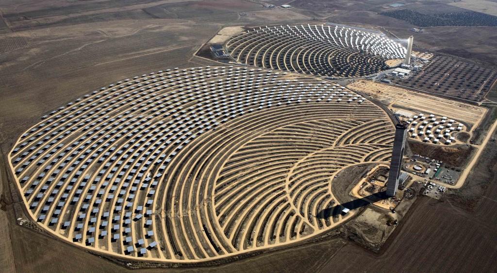 La tecnología eólica es la que más aporta, con un 50% del total, seguida de la termosolar o energía solar termoeléctrica, con un 18%. Las energías renovables suponen ya el 38% de la potencia eléctrica total en Andalucía, lo que representa un incremento en el último lustro de casi el 300% (hace cinco años era el 13%), según datos de la Agencia Andaluza de la Energía, entidad adscrita a la Consejería de Economía, Innovación, Ciencia y Empleo. En concreto, la región cuenta con 6.025 MW de potencia eléctrica renovable, siendo la tecnología eólica, con más de 3.320 MW, la que más aporta. Le sigue la termosolar o energía solar termoeléctrica, con más de 947 MW, y la energía solar fotovoltaica, con más de 856 MW. La implicación de todos los sectores relacionados con las 'energías limpias' y el apoyo institucional está permitiendo el avance de Andalucía hacia un desarrollo energético sostenible donde priman las fuentes renovables. El Gobierno andaluz considera las energías renovables y el ahorro y eficiencia energética como un sector estratégico para la economía andaluza, ya que implica a cerca de 1.400 empresas, que emplean a más de 44.000 personas y han movilizado hasta ahora más de 11.000 millones de euros en inversiones. Una actividad que acumula además experiencia en investigación y liderazgo tecnológico que ha permitido que actualmente Andalucía será referente en esta materia. Así, Andalucía es la primera región de Europa con centrales termosolares en funcionamiento, con más de 947 MW distribuidos en 23 centrales (dos experimentales), que abastecen a una población equivalente de 477.000 hogares y evitan más de 757.000 toneladas de CO2 anuales a la atmósfera, como si se retiraran de la circulación 479.000 vehículos.
