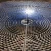 En concreto, la región cuenta con 6.025 megavatios (MW) de potencia eléctrica renovable, siendo la tecnología eólica, con más de 3.320 MW, la que más aporta. Le sigue la energía solar termoeléctrica, con más de 947 MW, y la solar fotovoltaica, con más de 856 MW. Las energías renovables suponen ya el 38% de la potencia eléctrica total en Andalucía, mientras que hace sólo cinco años era del 13%, según datos publicados por la Agencia Andaluza de la Energía, entidad adscrita a la Consejería de Economía, Innovación, Ciencia y Empleo. Las energías renovables se obtienen de fuentes naturales inagotables y producen calor, electricidad y energía para el transporte y se obtienen, entre otros sistemas por la instalación en de placas solares en Córdoba y Sevilla fundamentalmente. El avance de Andalucía hacia un desarrollo energético sostenible hacen podamos considerar el sector como estratégico para la economía andaluza, ya que implica a cerca de 1.400 empresas. Una actividad que acumula además experiencia en investigación y liderazgo tecnológico, que ha permitido que actualmente Andalucía sea referente en esta materia. En este sentido, Andalucía es la primera región de Europa con centrales termo solares en funcionamiento, con más de 947 MW distribuidos en 23 centrales (dos experimentales), que abastecen a una población equivalente de 477.000 hogares y evitan más de 757.000 toneladas de CO2 anuales a la atmósfera. No obstante, la energía solar no se ha impuesto aún a las fuentes energéticas no renovables porque todavía el coste de producción tras I+D+I sigue resultando más caro que el consumo de combustibles fósiles. Por ello, continúan haciéndose estudios e investigaciones a nivel mundial que permitan avanzar en el abaratamiento de los costes. En este sentido, los investigadores y técnicos que trabajan en un nuevo tipo de célula solar, hecha de un material considerablemente más barato de obtener, la perovskita y que podría generar tanta energía como las células solares básicas