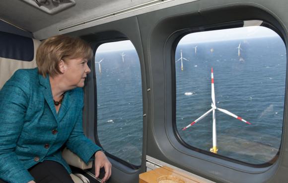 Merkel quiere más energías renovables en Alemania, Mariano Rajoy las machaca en España