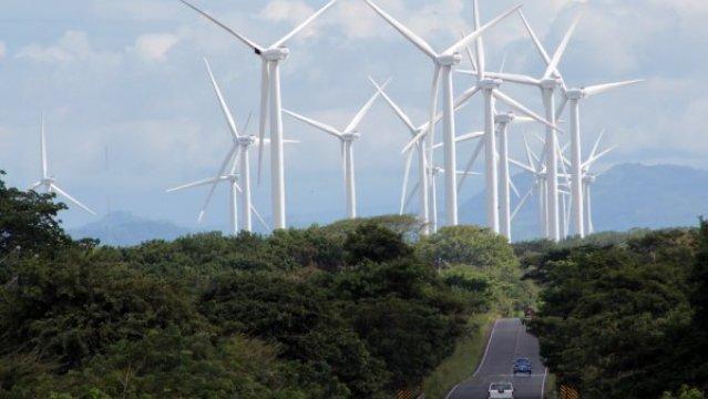 """De los 22 aerogeneradores eólicos que tiene el parque eólico, 18 turbinas eólicas están ubicadas a orillas del Lago de Nicaragua, en una longitud de 3 kilómetros y las otras 4, al lado oeste de la Carretera Panamericana. Este proyecto de energía eólica sería el segundo más grande que se realiza en Nicaragua, después del proyecto eólico Amayo. En la primera semana de noviembre dará inicio el programa de energías renovables """"Eoleo"""" que comenzará con 22 turbinas eólicas. El proyecto eólica en total representa una inversión 115 millones de dólares, de los cuales 90 millones de dólares son de bancos europeos, entre ellos Francia, Holanda y Alemania, y los otros 25 millones de dólares son puestos por socios de Nicaragua. Los bancos europeos financian el proyecto eólico con un plazo de 15 años, pero según los constructores del proyecto, el pago de la inversión se haría en menos de este tiempo establecido por los inversionistas. Este proyecto tendrá una capacidad para generar 44 megavatios de energías renovables para Nicaragua, el que está ubicado en el kilómetro 122,8 de la Carretera Panamericana de Rivas, al sur del país. La construcción del parque eólico duró 6 meses, y una vez que entre a operar quedará a manos de 30 operarios con recurso humano calificado. La visita al proyecto estuvo conformada por el embajador de Francia, la representante de negocios de la embajada de Holanda, y el representante de la Agencia Francesa de Cooperación para el Desarrollo."""