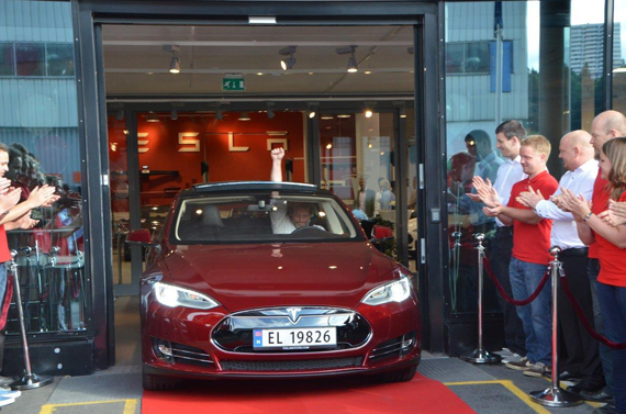 Entregado el primer coche eléctrico Tesla Model S en Europa