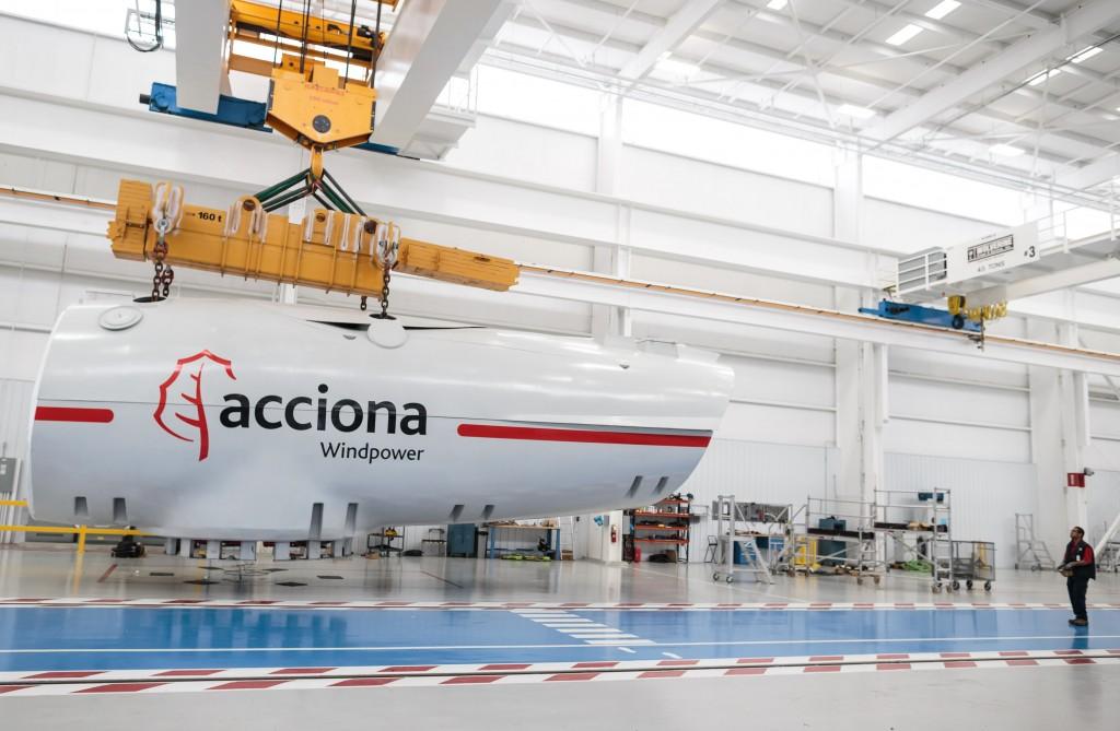 ACCIONA Windpower fabricará aerogeneradores en Brasil • Pondrá en marcha a finales de 2014 una planta de ensamblaje de turbinas eólicas de 3 MW en el estado de Bahía • Cubrirá con esta iniciativa y otras adoptadas con anterioridad los requerimientos de contenido local establecidos en Brasil para financiar la adquisición de aerogeneradores por parte de los promotores • La compañía refuerza de esta forma su apuesta industrial en el país, donde dispone ya de una planta de bujes eólicos 3 de septiembre de 2013 ACCIONA Windpower, filial del grupo ACCIONA dedicada al diseño, fabricación y venta de turbinas eólicas, instalará una planta de montaje de nacelles –el componente principal del aerogenerador- en el estado brasileño de Bahía, según ha comunicado la compañía en el marco de la feria eólica Brazil Windpower, que se inaugura hoy en Río de Janeiro. La planta, que estará operativa en el último trimestre de 2014, reforzará la apuesta industrial de la compañía por el mercado eólico del país latinoamericano, uno de los de mayor proyección a nivel global. La nueva instalación supone la segunda iniciativa industrial de la compañía en el estado de Bahía, donde el pasado mes de marzo inauguró la planta de bujes de Simões Filho. Contará con una capacidad de producción de 100 unidades del aerogenerador AW3000, su plataforma de mayor potencia y más avanzada tecnología y generará 60 empleos directos y 400 indirectos. Con esta iniciativa, y las ya adoptadas con anterioridad, ACCIONA Windpower cumplirá los requisitos de contenido local en la fabricación de aerogeneradores que el Banco Nacional de Desarrollo Económico y Social (BNDES) exige a los promotores eólicos para poder obtener financiación en condiciones especiales. La nueva planta de ACCIONA Windpower sitúa a Brasil como mercado relevante para el suministro de la AW3000, un aerogenerador de 3 MW de potencia, disponible en modelos con rotores de hasta 125 metros de diámetro de rotor, sobre torres de hasta 140 metros de altura,