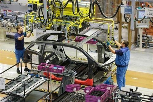 BMW ha iniciado la producción de su primer coche eléctrico, el BMW i3, en la factoría de Leipzig, que funciona gracias a la electricidad generada por energía eólica. BMW destacó que el i3 es el primer vehículo eléctrico del mundo producido en serie con fibra de carbono, material un 50% más ligero que el acero y con la misma resistencia. BMW i3 utiliza el sistema denominado LifeDrive, formado por dos elementos. El primer es el módulo Drive de aluminio, que incluye el motor, el chasis, el acumulador, los componentes estructurales y de protección contra impactos. El segundo elemento es el módulo Life, de polímero reforzado con fibra de carbono, que forma el habitáculo. Este sistema LifeDrive reduce a la mitad el tiempo necesario para la producción en comparación con los métodos tradicionales de fabricación, al tiempo que reduce entre 250 y 300 kilos el peso del coche en comparación con otro automóvil de su tamaño. La factoría de Leipzig ha reducido en un 50% el consumo energético y en un 30% el consumo de agua. Además, dispone de un sistema inteligente de ventilación con efecto de refrigeración que renueva el aire varias veces al día, por lo que no es necesario un sistema de aire acondicionado adicional.
