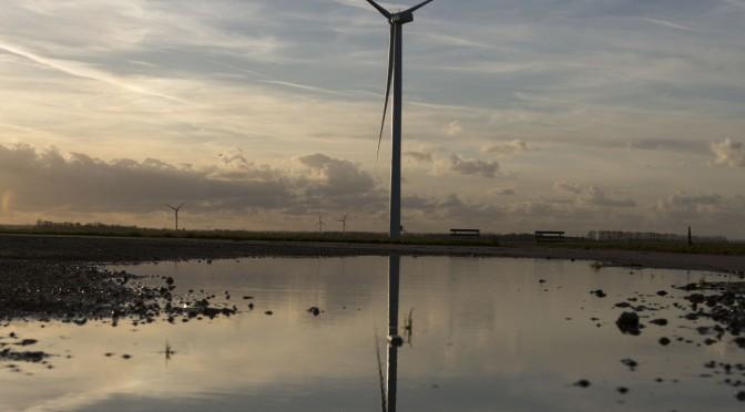 """Eólica y energías renovables: Alstom suministra 36 aerogeneradores a un parque eólico en Brasil. Las turbinas eólicas estarán dotadas de una tecnología puntera. Sus torres, de 119 metros, permitirán """"explotar de forma óptima los recursos eólicos, sea cual sea el viento"""", precisó Yves Rannou, vicepresidente encargado de las actividades eólicas en Alstom. El parque eólico de Trairi 2 (Ceará, noreste) tendrá una capacidad de 97,2 megavatios, y debe entrar en servicio a mediados de 2016. http://www.evwind.es/wp-content/uploads/2014/07/Alstom-wind-turbines-ECO-672x372.jpg Alstom suministrará turbinas eólicas ECO 122 de una potencia de 2,7 MW cada una, y estará además encargado de la explotación y las tareas de mantenimiento del parque eólico durante diez años. http://www.evwind.es/2014/07/07/alstom-wind-power-to-supply-36-units-of-eco-122-wind-turbines-for-trairi-ii-wind-farm-in-brazil/46305 http://santamarta-florez.blogspot.com.es/2014/07/alstom-wind-power-to-supply-36-units-of.html"""