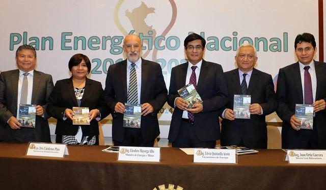 """Perú apuesta por las energías renovables, eólica, termosolar, geotérmica y energía solar fotovoltaica. El Ministerio de Energía y Minas presentó el Plan Energético Nacional 2014-2025, que contempla inversiones por 50 mil millones de dólares para los próximos 10 años, básicamente del sector privado, en los campos de la electricidad, gas y petróleo. La presentación de este plan estuvo a cargo del titular del sector, Eleodoro Mayorga, quien refirió que esta inversión incluye la construcción, como ya está planificado, de una red nacional de gasoductos, la modernización de las refinerías, proyectos hidroeléctricos, de transmisión, y energías renovables. Indicó que un punto importante es el relanzamiento de la exploración de proyectos, a fin de mantener un horizontes de reservas saludables en el futuro. Explicó, en declaraciones a la prensa, que el sector Energía ya tiene inversiones aseguradas para los próximos cinco años, como es la modernización de la refinería de Talara, la construcción del gasoducto del sur, centrales térmicas. En lo que sí se tendrá que convocar a nueva inversión, agregó, es en la construcción del gasoducto centro norte, centrales suplementarias, y proyectos de energías renovables. Gasoducto centro norte Al respecto, Mayorga informó que en lo que resta del año y los primeros meses del 2015 se espera concluir con los estudios de este proyecto, para lo cual ya se cuanta con el apoyo de una consultora del Banco Mundial que hará el perfil técnico y económico básico del proyecto. """"Sobre esta base y siguiendo el ejemplo del gasoducto del sur, vamos a armar las bases para un nuevo concurso similar al que hemos llevado (…), cuando estemos concluyendo el gasoducto del sur, vamos a comenzar la construcción del gasoducto centro norte"""", anotó. El ministro explicó a los medios que la idea preliminar, sobre el trazado del proyecto, es subir por el valle del Mantaro hasta Tarma, y de allí salir a la costa; subir nuevamente por Huacho y Barranca, hasta llegar a los"""