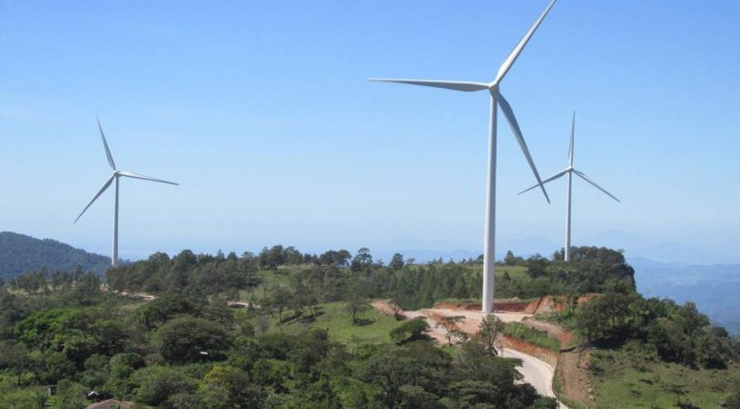 Todos los países de la región ya operan o desarrollan proyectos de energía eólica. La región también busca expandirse con otras tecnologías de energías renovables como la energía solar fotovoltaica. Los proyectos eólicos de Cerro de Hula y San Marcos de Colón pusieron a Honduras en el mapa de la energía limpia en Centroamérica, pero no es el único. En la vecina Nicaragua, existen cinco parques que producen energía en base a esta fuente limpia y renovable, una tendencia que comenzó desde el año 2007. Los primeros aerogeneradores de Nicaragua se instalaron en la localidad de Rivas y la totalidad del parque eólico nicaragüense alcanza los 202 megavatios. Y hay planes de ampliarlo. El representante de la empresa Globeleq Mesoamérica Energy, Sean Porter, durante una visita al país en 2013, anunció la posibilidad de ampliar en 16 megavatios adicionales la capacidad de generación del parque que operan. Además, adelantó que preparan otro proyecto eólico denominado Sierras de Ciudad Sandino, con un potencial de 40 megavatios adicionales. En Costa Rica inauguraron recientemente un parque eólico que tuvo un costo de 100 millones de dólares en Tilarán, Guanacaste, con una capacidad de 49,5 megavatios. Guatemala también desarrollan tres parques eólicos en busca de desarrollar el gran potencial para este sector, pues este país es el principal exportador de energía eléctrica en Centroamérica. Ahora Panamá anuncia que ha obtenido el financiamiento para invertir $300 millones en el parque Penonomé, el primero de su tipo en Panamá y anunciado como el más grande del istmo centroamericano con 22 turbinas de viento instaladas y una capacidad de generación total de 55 megavatios, de acuerdo con datos oficiales, capacidad que podría verse ampliada a cerca de 215 megavatios una vez que haya sido completamente terminado. Desde que se dieron los primeros pasos en el 2006, se han invertido un aproximado de $815 millones en el desarrollo de los proyectos de este tipo de energía. Centroamérica 