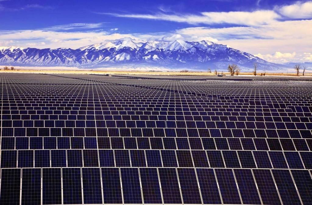 """""""La energía solar es la tecnología sustentable que liderará en Chile en los próximos años. Hoy representa el 86% de los proyectos ERNC en construcción y el 58% de las iniciativas aprobadas. Esto quiere decir que durante los próximos meses veremos cómo la solar desplaza a la eólica como líder renovable, en capacidad instalada"""", explicó Patricio Goyeneche, analista del Centro para la Innovación y Fomento de las Energías Sustentables (CIFES)."""