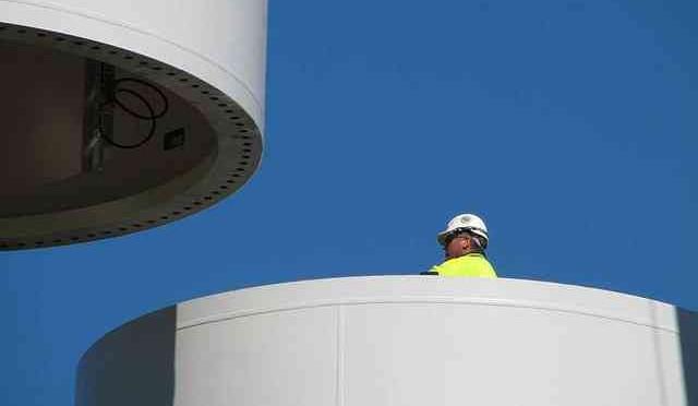 Fabricarán torres para la eólica marina en Sevilla