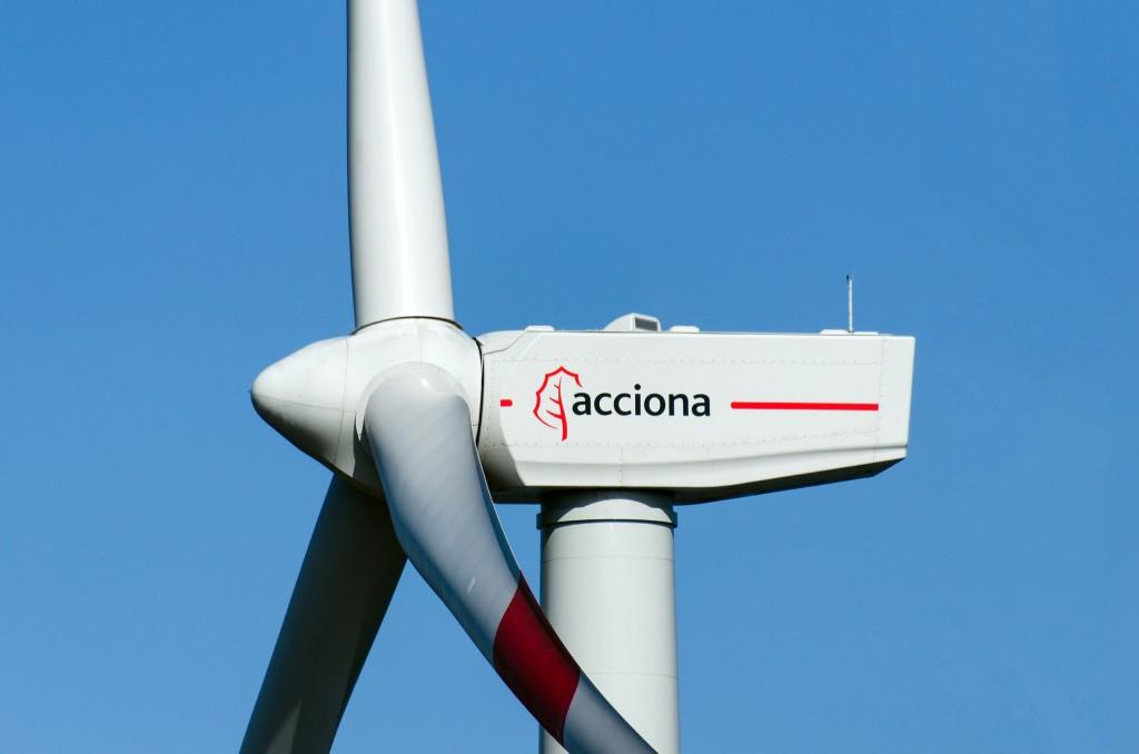 """Acciona Windpower ha suscrito con el promotor eólico Voltalia un contrato de suministro de aerogeneradores por una potencia total de 99 megavatios (MW) destinados al parque eólico de Vila Pará, en el Estado de Rio Grande do Norte, al Noreste del país. En una nota, la compañía española explica que el contrato incluye el transporte, instalación y puesta en servicio de los aerogeneradores, de 3 MW de potencia cada uno, así como el servicio de mantenimiento de los mismos a largo plazo. Las turbinas, del modelo AW125/3000 y de 125 metros de rotor, serán ensambladas en la planta que Acciona Windpower puso en marcha en Simões Filho (Bahía), en diciembre pasado. Las torres sobre las que irán instaladas, construidas en hormigón de 120 metros de altura, también serán fabricadas por la compañía en Brasil, concretamente en su planta de Areia Branca, próxima al futuro parque eólico. El suministro para el parque eólico de Vila Pará, una instalación adjudicada a Voltalia en la Leilao A-5 de 2013, se realizará previsiblemente en 2016. """"Este nuevo contrato con Voltalia confirma la competitividad de nuestro aerogenerador AW3000 en Brasil y la creciente penetración de nuestra compañía en uno de los mercados eólicos más dinámicos del mundo"""", afirmó el director de Acciona Windpower en Brasil, Christiano Forman. """"Agradecemos una vez más a Voltalia la confianza depositada en nuestro producto y esperamos seguir colaborando con ellos en el desarrollo eólico del país"""", añadió. El de Vila Pará constituye el cuarto contrato de suministro firmado por Acciona Windpower para parques participados por Voltalia en Rio Grande do Norte y sucede a los suscritos para los complejos eólicos de Areia Branca (90 MW), Saõ Miguel do Gostoso (108 MW), ambos ya operativos y propiedad al 100% de esa compañía, y Vila Amazonas (93 MW). Con el contrato ahora suscrito, Acciona Windpower eleva a 1.119 MW la potencia eólica vendida en Brasil desde que iniciara en 2012 la comercialización de su aerogenerador AW3000, un"""