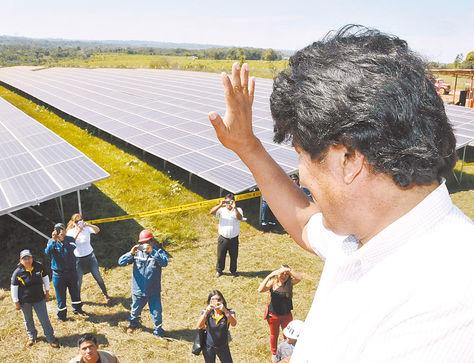 Evo Morales inaugura central de energía solar en localidad El Espino