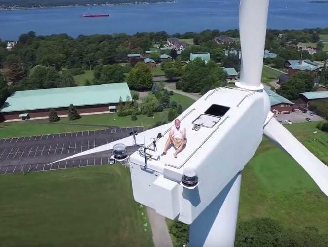 Dron descubre a hombre que tomaba el sol sobre turbina eólica