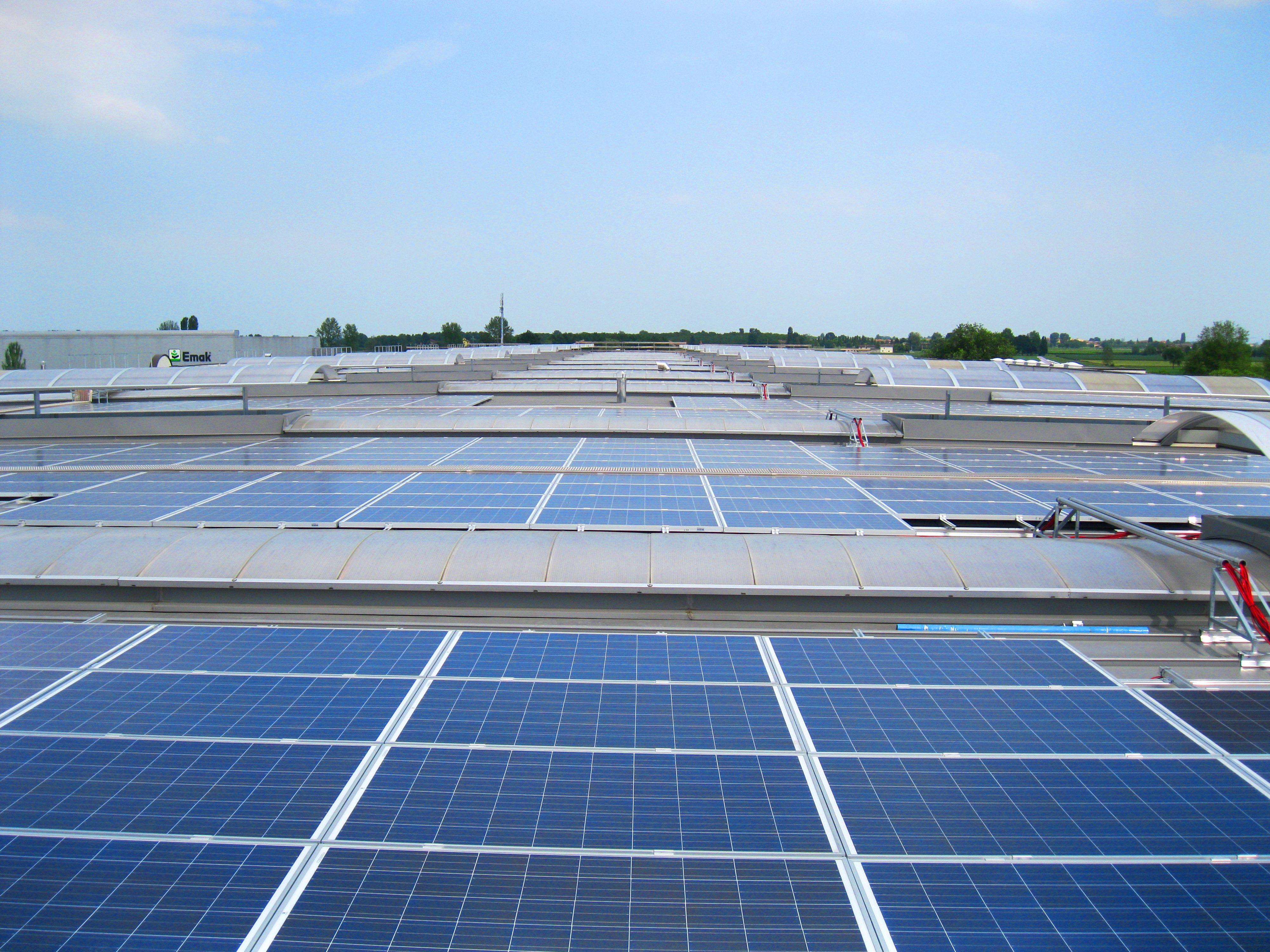 Energías renovables: Central de energía solar fotovoltaica de Conergy en la cubierta de la fábrica de queso Pago Los Vivales en Zamora