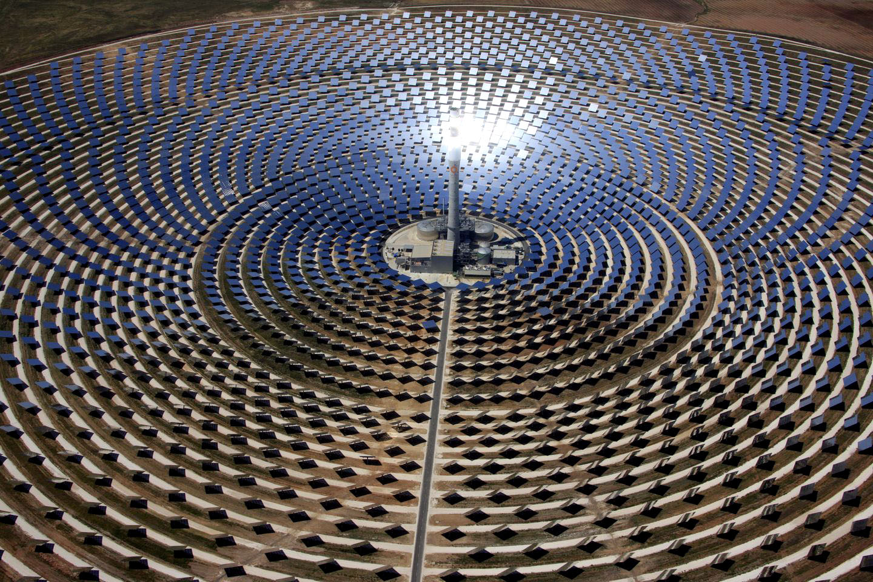 Termosolar y energías renovables: dos años de Gemasolar. En concreto, la región cuenta con 6.025 megavatios (MW) de potencia eléctrica renovable, siendo la tecnología eólica, con más de 3.320 MW, la que más aporta. Le sigue la energía solar termoeléctrica, con más de 947 MW, y la solar fotovoltaica, con más de 856 MW. Las energías renovables suponen ya el 38% de la potencia eléctrica total en Andalucía, mientras que hace sólo cinco años era del 13%, según datos publicados por la Agencia Andaluza de la Energía, entidad adscrita a la Consejería de Economía, Innovación, Ciencia y Empleo. Las energías renovables se obtienen de fuentes naturales inagotables y producen calor, electricidad y energía para el transporte y se obtienen, entre otros sistemas por la instalación en de placas solares en Córdoba y Sevilla fundamentalmente. El avance de Andalucía hacia un desarrollo energético sostenible hacen podamos considerar el sector como estratégico para la economía andaluza, ya que implica a cerca de 1.400 empresas. Una actividad que acumula además experiencia en investigación y liderazgo tecnológico, que ha permitido que actualmente Andalucía sea referente en esta materia. En este sentido, Andalucía es la primera región de Europa con centrales termo solares en funcionamiento, con más de 947 MW distribuidos en 23 centrales (dos experimentales), que abastecen a una población equivalente de 477.000 hogares y evitan más de 757.000 toneladas de CO2 anuales a la atmósfera. No obstante, la energía solar no se ha impuesto aún a las fuentes energéticas no renovables porque todavía el coste de producción tras I+D+I sigue resultando más caro que el consumo de combustibles fósiles. Por ello, continúan haciéndose estudios e investigaciones a nivel mundial que permitan avanzar en el abaratamiento de los costes. En este sentido, los investigadores y técnicos que trabajan en un nuevo tipo de célula solar, hecha de un material considerablemente más barato de obtener, la perovskita y que podr