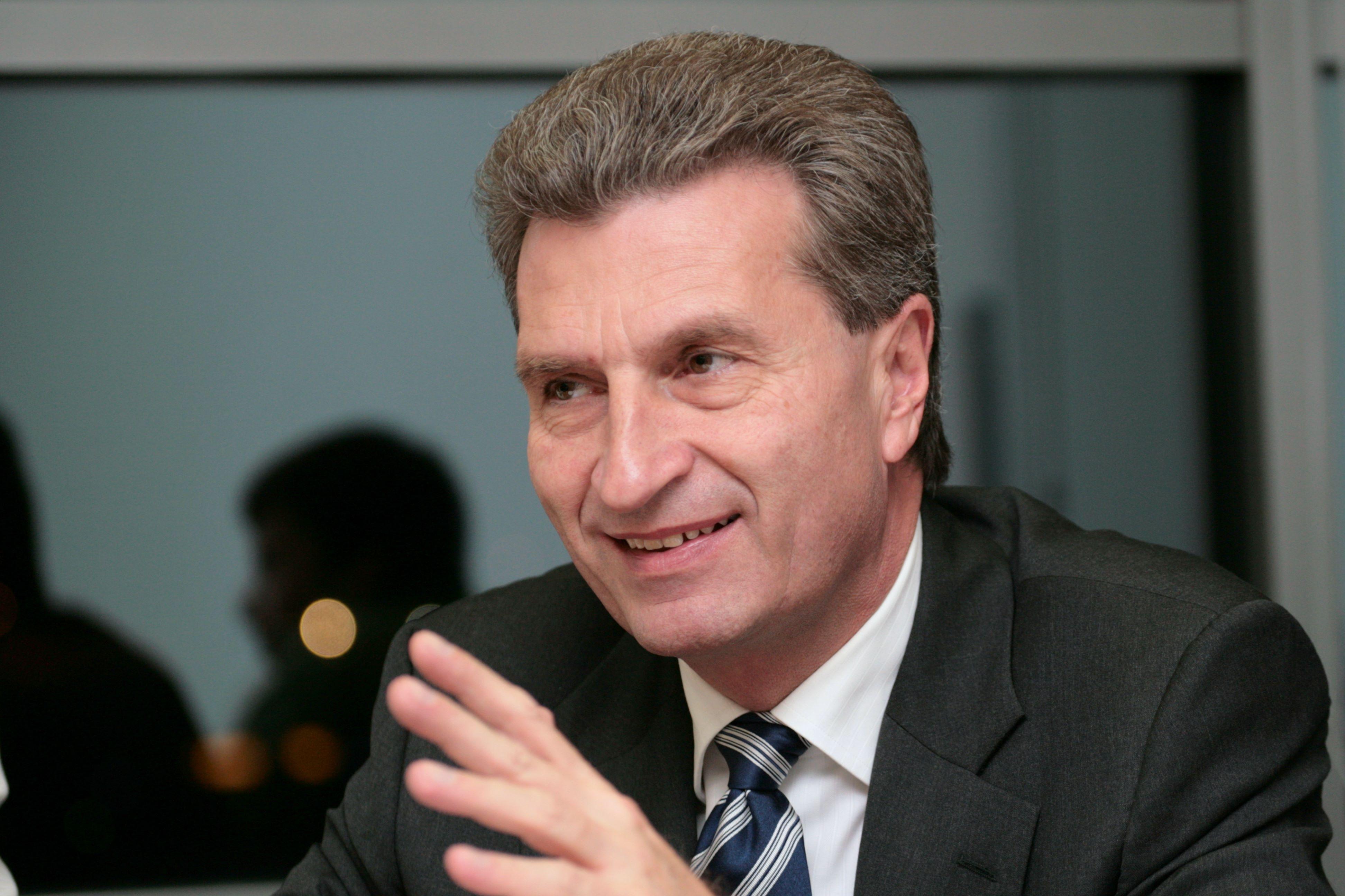 Oettinger muestra preocupación por el impacto de las medidas en la eólica y otras energías renovables