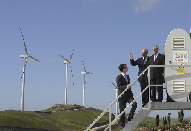 Enel Green Power, a través de su filial Enel Green Power Chile Ltda, ha firmado con el Banco Bilbao Vizcaya Argentaria Chile (BBVA) un contrato de financiación por valor de 150 millones de dólares destinado a la cobertura parcial de las inversiones previstas en los próximos años en el país. El préstamo, que tendrá una duración de 5 años y será desembolsado en los próximos meses, se caracteriza por una tasa de interés en línea con el estándar de mercado y estará respaldado por una parent company guarantee realizada por la matriz Enel Green Power. En Chile, Enel Green Power ha conectado recientemente a la red los parques eólicos de Talinay y de Valle de los Vientos, ambos de 90 MW, y tiene en marcha la construcción de su parque eólico más grande en el país, Taltal (99 MW), con una inversión de unos 190 millones de dólares. La compañía ha dado inicio también a la construcción de su primer parque solar en el país (Diego de Almagro, 36 MW) y en el sector geotérmico está explorando varias concesiones que tendrían un potencial de más de 100 MW. Enel Green Power es la empresa del Grupo Enel dedicada al desarrollo y la gestión de energías renovables a nivel internacional, con presencia en Europa y el continente americano. La compañía generó más de 25.000 millones de kWh en 2012, a partir del agua, el sol, el viento y el calor de la tierra – una producción capaz de satisfacer las necesidades energéticas de alrededor de 10 millones de familias evitando la emisión a la atmósfera de más de 18 millones de toneladas de CO2. Enel Green Power es líder del sector a nivel mundial gracias a su equilibrado mix de generación, con volúmenes por encima de la media del sector. La compañía dispone de una capacidad instalada de unos 8.700 MW, con un mix de generación que incluye energía eólica, solar, hidroeléctrica, geotérmica y biomasa. Actualmente, EGP cuenta con cerca de 740 plantas operativas en 16 países de Europa y América. En América Latina, Enel Green Power gestiona plantas de fuente