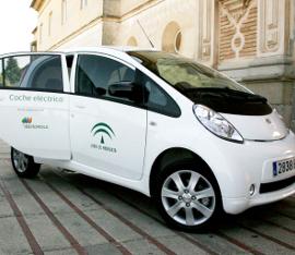 Andalucía contará con 1.600 electrolineras para vehículos eléctricos en 2014 La Consejería de Economía pone en marcha un Programa para impulsar el coche eléctrico en Andalucía. La Consejería de Economía, Innovación, Ciencia y Empleo, a través de la Agencia Andaluza de la Energía, ha puesto en marcha el Programa de Impulso al Vehículo Eléctrico, con el que pretende activar la demanda de las tecnologías ligadas a la movilidad eléctrica pura, híbrida, híbrida enchufable y eléctrica de autonomía extendida. En esta iniciativa colaboran empresas fabricantes y distribuidoras de vehículos eléctricos, proveedoras de infraestructura y gestoras de carga, TIC e ingenierías especializadas y asociaciones del mercado del vehículo eléctrico. Con ello se espera alcanzar un parque de vehículos enchufables a la red de 1.600 unidades y sus respectivos puntos de recarga a finales de 2014, lo que supondría una inversión aproximada de 32 millones de euros. El transporte es la actividad con el mayor consumo de energía en Andalucía. En el año 2011, este consumo alcanzó el 36,7% del total de la energía final consumida (último dato disponible), representando los derivados del petróleo (gasolinas y gasóleos) casi el 85% del total de los combustibles consumidos por este sector. Además, la circulación urbana y, en particular, los desplazamientos motorizados, son responsables del 40% de las emisiones de CO2 y del 70 % de las emisiones de otros contaminantes procedentes del transporte. Un vehículo eléctrico gasta entre 1,5 y 2 euros de energía eléctrica para recorrer 100 kilómetros, con lo que un coche de estas características que realice 20.000 kilómetros al año conseguirá ahorrar más de 1.540 litros de combustible anuales y evitar cerca de 4 toneladas de CO2. Vehículo eléctrico en Andalucía La Agencia Andaluza de la Energía ofrece, en el marco de la Orden de Subvenciones para el Desarrollo Energético Sostenible de Andalucía ('Andalucía A+'), financiada con fondos FEDER, ayudas a fondo perdido a 