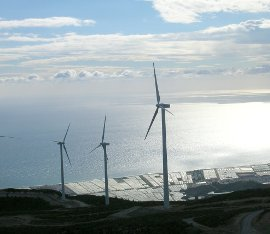 """Andalucía ha multiplicado por cinco la potencia instalada en energía eólica en el último lustro y es la Comunidad Autónoma que más ha crecido en esta tecnología, que actualmente produce 6,6 millones de MWh (megavatios hora). Gracias a ella, se abastece a una población equivalente a 1,42 millones de viviendas. Según datos de la Consejería de Economía, Innovación, Ciencia y Empleo, a través de la Agencia Andaluza de la Energía, a principios de 2007, la región contaba con 605 MW en funcionamiento, correspondientes a 41 parques eólicos. A mayo de 2013, esta cifra asciende a 3.320,43 MW, lo que la sitúa como la cuarta Comunidad Autónoma con mayor potencia eólica total conectada a red, por detrás de Castilla y León (5.108 MW), Castilla la Mancha (3.715 MW) y Galicia (3.275 MW). El director general de la Agencia Andaluza de la Energía, Rafael Márquez, ha destacado """"la apuesta decidida de la Junta de Andalucía por un modelo energético basado en el uso de recursos autóctonos, como la energía proveniente del viento, teniendo entre sus objetivos el aprovechamiento de las energías renovables para compensar la ausencia de combustibles fósiles en la región"""". Los 3.320 MW eólicos se distribuyen en 148 parques que evitan la emisión a la atmósfera de 2,42 millones de toneladas de CO2, como si se retirasen de la circulación más de un millón y medio de vehículos. El fuerte crecimiento de esta tecnología renovable ha permitido que hoy la energía eólica suponga el 50% de la producción total de electricidad mediante fuentes renovables, siendo la fuente que mayor aporte realiza, seguida de la energía termosolar, responsable de un 18% de la producción. Parques eólicos en construcción Antes de que concluya 2013 se pondrán en marcha 3 parques eólicos, lo que supondrá incrementar la potencia renovable de la comunidad en casi 21,50 megavatios (MW), que aportaran energía suficiente para abastecer las necesidades eléctricas de 9.245 hogares. Con ellos, se evitará la emisión de más 15.695 tonelad"""