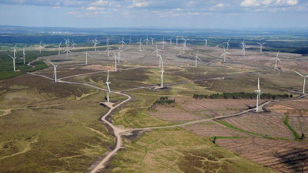 """El parque eólico de Halsary se convertirá en la instalación más septentrional de Iberdrola en Reino Unido. ScottishPower Renewables inició el desarrollo del proyecto en 2008 y desde entonces ha trabajado con todos los grupos de interés en la región para mejorar y adaptar su diseño en función de las alegaciones recibidas durante las distintas etapas del proceso de consulta pública. El director gerente de ScottishPower Renewables, Simon Christian, ha expresado su satisfacción por la concesión de la licencia de obra, tras cinco años de minuciosa planificación. """"Como promotor responsable de proyectos de energía eólica, hemos trabajado codo con codo con las comunidades locales y vecinos, el Consejo de las Tierras Altas y los grupos ecologistas para mejorar el diseño inicial y proponer una configuración que diera respuesta a los comentarios recibidos"""", señaló. La instalación de Halsary se sumará al parque eólico de Beinn Tharsuinn, de 30 MW, que la compañía ya opera en el condado de Caithness, así como a los proyectos de energía marina que está desarrollando en la actualidad en esta región del norte de Escocia. Iberdrola es uno de los principales promotores eólicos de Reino Unido. En 2011, se convirtió en el primer operador del país en superar los 1.000 MW de capacidad eólica terrestre y en la actualidad dispone de 1.268 MW de potencia instalada en Gran Bretaña e Irlanda."""