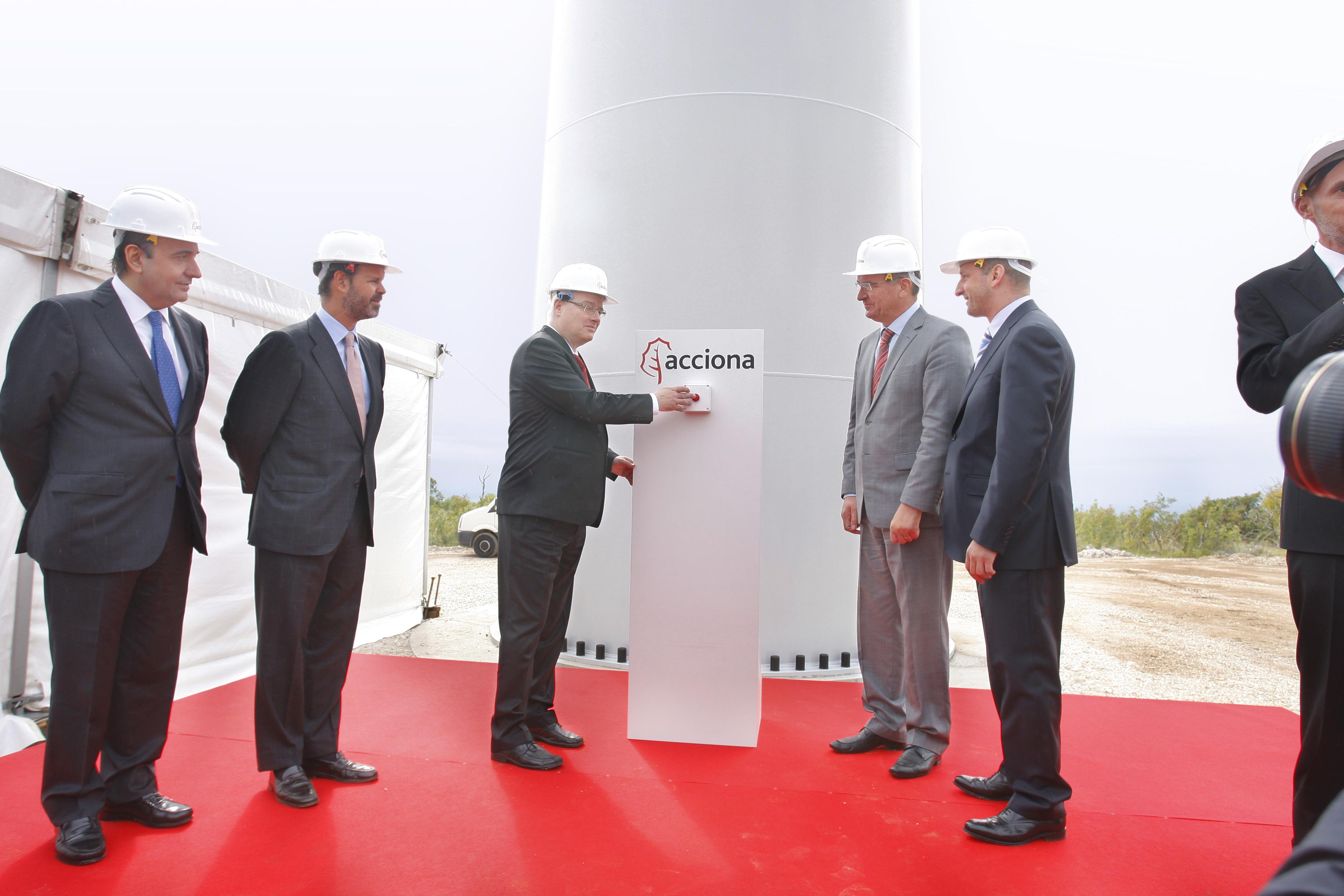 El parque eólico Jelinak, de 30 MW de potencia, ubicado en el condado de Split-Dalmacia, cuenta con 20 aerogeneradores de 1,5 MW de tecnología Acciona Windpower. Es la primera instalación eólica de una compañía española en Croacia. El Presidente de la República de Croacia, Ivo Josipovi?, inauguró ayer domingo el parque eólico de Jelinak, el primero instalado por ACCIONA Energía en el país, con 30 megavatios de potencia, capaces de cubrir el consumo eléctrico de más de 30.000 hogares croatas. La compañía es el primer promotor eólico español con una instalación operativa en el país. Al acto asistieron el vicepresidente de ACCIONA, Juan Ignacio Entrecanales, y el consejero delegado de ACCIONA Energía, Rafael Mateo. Situado en la región de Split-Dalmacia, el parque de Jelinak está integrado por 20 aerogeneradores de 1,5 MW de potencia y tecnología ACCIONA Windpower. Producirá anualmente unos 81 millones de kilovatios hora, y sustituirá cada año combustible fósil equivalente a unos 48.000 barriles de petróleo. Evitará asimismo la emisión a la atmósfera de 77.841 toneladas de CO2 en centrales térmicas de carbón, con un efecto depurativo para la atmósfera similar al de casi cuatro millones de árboles. Unas 500 personas han trabajado en Croacia en las actividades relacionadas con la implantación de este parque eólico, la mitad de ellas en el consorcio adjudicatario de las obras del parque y una cifra similar en la fabricación, en los astilleros de Split, de las 20 torres de acero de 80 metros de altura de que consta la instalación. Además del presidente croata, asistieron a la ceremonia el prefecto del condado de Split-Dalmacia, Zlatko Ževrnja, y el embajador de España en Croacia, Rodrigo Aguirre de Cárcer. La representación de ACCIONA Energía se completó con el director de desarrollo eólico de la compañía, Joaquín Castillo, y su director en Croacia, Mirko Tunji?. En su intervención, el Vicepresidente de ACCIONA, Juan Ignacio Entrecanales, destacó los beneficios medioambien