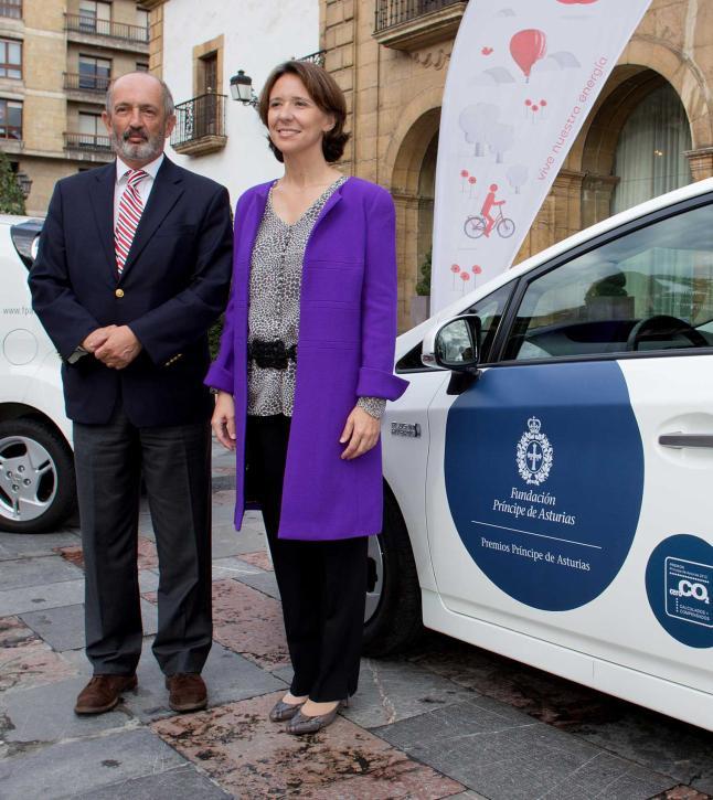 """La directora de la Fundación Príncipe de Asturias, Teresa Sanjurjo, recibió ayer del director de la Fundación EdP, Nicanor Fernández -ambos en la imagen- tres vehículos eléctricos que cederá la Fundación EdP para contribuir a que la entrega de los premios de este año pueda ser, de nuevo, un evento certificado como """"Emisiones Cero"""". EdP forma parte de la Fundación Príncipe de Asturias."""