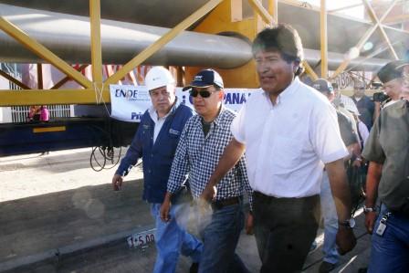 """Cochabamba recibió con expectativa la llegada de los aerogeneradores para la primera planta eólica productora de energía eléctrica en Qollpana, a 120 kilómetros al sudeste de la ciudad de Cochabamba, en el municipio de Pocona. Se prevé que la planta piloto instalada por la corporación Hidrochina inicie operaciones en noviembre, con capacidad de generar 3 megavatios (MW) y luego ampliar hasta 15 MW. Podrá aportar electricidad al sistema interconectado nacional. El proyecto tiene una inversión de 7,6 millones de dólares y las comunidades locales serán las primeras beneficiarias. Los bujes de las dos hélices estarán ubicados a 65 metros con tres palas, cada una con 37,5 metros y una velocidad de arranque de 3 metros por segundo (m/s) y una velocidad de corte de 22 m/s. Los vientos en Qollpana, que alcanzan una velocidad de 9,5 a 11 metros por segundo, fueron la base para instalar la planta eólica. Los estudios de medición de vientos demoraron tres años. El Parque Eólico es el primer paso para el cambio tecnológico de la matriz energética. Actualmente en Bolivia un 40 por ciento es hidroeléctrica y 60 por ciento termoeléctrica. El aporte energético de Qollpana es ínfimo frente a la demanda de energía eléctrica del país que no sobrepasa los 1.200 MW. La electricidad generada por el viento contribuye a conservar el medio ambiente ya que no emite gases de efecto invernadero, esencialmente el CO2, con lo cual aporta a la mitigación del calentamiento global. También aportará a disminuir la subvención que realiza el Estado al Gas Natural para la termoelectricidad; lo que significa ahorro económico para el país. Por el momento, Bolivia está al final de la lista de países con energía limpia. En una puntuación de 0 a 5 para medir la inversión en energía limpia, Bolivia obtuvo un 0,84 entre 2006 y 2011. Esto significa que """"el país avanzó muy poco o nada en inversión, políticas o despliegue de energía limpia"""", excepto en las actividades de electrificación rural, según una medición"""