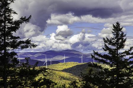 IBERDROLA, a través de su filial en Estados Unidos Iberdrola Renewables LLC, ha comenzado a desarrollar el parque eólico de Wild Meadows, de 75,9 megavatios (MW) de capacidad, cuyo emplazamiento abarca una superficie de unas 60 hectáreas en los municipios de Alexandria y Danbury, en el estado de New Hampshire. Su construcción supondrá una inversión de 150 millones de dólares y reportará importantes beneficios al desarrollo económico de la comarca, mediante la creación de puestos de trabajo, la adquisición de bienes y servicios a proveedores locales y la contribución a los ingresos de los ayuntamientos y al erario público a través de impuestos y tasas, estimados en más de 33 millones de dólares en un periodo de 20 años. Está previsto que en los próximos meses la Compañía presente ante las autoridades estatales la solicitud del permiso de instalación, a la que se acompañará el pertinente estudio de impacto medioambiental, recientemente finalizado. En la decisión final de IBERDROLA ha influido la culminación con éxito de las negociaciones con un grupo de compañías eléctricas del estado de Massachusetts de cara a firmar, en las próximas semanas, un acuerdo de suministro de energía (PPA) durante 15 años. Este complejo constará de 23 turbinas de 3,3 MW de capacidad unitaria y se convertiría en el tercer parque eólico de IBERDROLA en New Hampshire, tras los de Lempster (24 MW) y Groton (48 MW), que ya están operativos. Además, el proyecto contribuiría a cimentar la posición de liderazgo en el ámbito de las energías renovables de este estado, cuya población apoya su desarrollo y la lucha contra el cambio climático. La producción de energía limpia del parque de Wild Meadows serviría para cubrir las necesidades de unos 30.000 hogares y permitiría evitar la emisión de 155.000 toneladas de CO2 a la atmósfera.