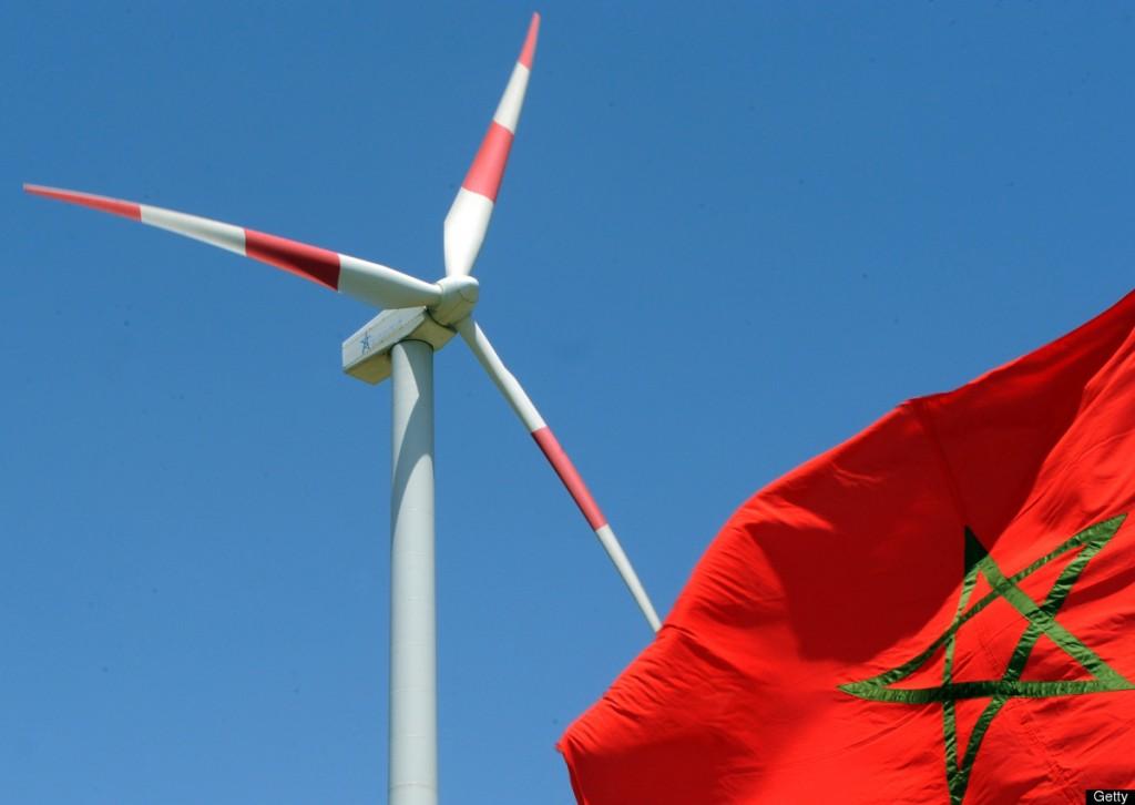"""Marruecos espera un apoyo """"político"""" y """"tecnológico"""" de Europa a sus proyectos en energías renovables, que pasa por una mayor interconexión eléctrica con España, declaró este viernes a la AFP el ministro marroquí de Energía, Abdelkader Amara. El reino, carente de importantes reservas de hidrocarburos, tiene por objetivo cubrir el 42% de su consumo en 2020 gracias a las energías renovables. En un futuro espera incluso poder exportar esa energía al vecino continente europeo. Este viernes, el ministro Amara se entrevistó con el embajador de la Unión Europea en Rabat, Rupert Joy. En el encuentro, el funcionario marroquí recalcó el interés de su país por """"una integración al mercado eléctrico europeo"""", que pasa por """"el reforzamiento de la interconexión con España"""". El ministro precisó que dicha integración le permitiría a Marruecos """"exportar pero también importar"""" energía. """"Marruecos está invirtiendo"""", por lo que """"del otro lado, sería conveniente que haya una visión a más largo plazo (...) Necesitamos a la vez un apoyo político, para hacer avanzar los temas, y tecnológico"""", añadió el ministro marroquí. En cuanto a la energía solar, Marruecos tiene un plan cuyo coste se evalúa en 9.000 millones de dólares. Desde 2008, Marruecos es el único país del norte de África que goza de un """"estatus avanzado"""" en su relación con la UE. Dicho estatus está a medio camino entre el de asociado y miembro, y permite mantener relaciones estrechas. Rabat y Bruselas negocian además en la actualidad un acuerdo de libre comercio."""