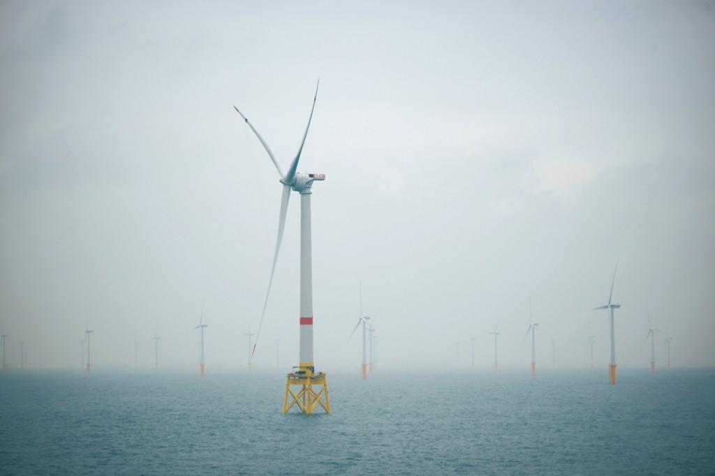 El proyecto de investigación, que ha contado con un presupuesto global de 30 millones de euros, es el mayor proyecto mundial de I+D sobre energías renovables de origen marino (eólica offshore, energía de las olas y energía de las mareas). Alstom ha sido una de las 20 empresas participantes en Ocean Lider, proyecto de I+D sobre energías marinas impulsado por Iberdrola Ingeniería y Construcción. Con un presupuesto total de 30 millones de euros, el proyecto Ocean Lider es el más importante realizado hasta la fecha en todo el mundo en el ámbito de las energías renovables de origen marino. En el marco de este programa de investigación que se ha prolongado durante 4 años, Alstom ha participado en la búsqueda de soluciones y tecnologías eficientes para la transmisión de energía de origen marino y su incorporación sistema eléctrico terrestre. Las conclusiones de este estudio muestran cómo los sistemas de transmisión flexible en Corriente Alterna (FACTS) y de Alta tensión en Corriente Continua (HVDC) serán clave en el futuro más inmediato para asegurar el cumplimiento de los requisitos de los operadores, desde un punto de vista técnico, económico y medioambiental. El proyecto de investigación de Alstom Grid, llevado a cabo en colaboración con Iberdrola Ingeniería y Construcción y la Universidad Politécnica de Madrid, ha estudiado el impacto de los generadores marinos en el sistema eléctrico, así como su integración mediante soluciones FACTS y HVDC. Los estudios realizados han tenido en cuenta las diferentes tecnologías para la generación de energía en alta mar –viento, olas y mareas- con aplicaciones prácticas para diferentes tipos de parques de generación. Igualmente, se han analizado los códigos de conexión de red en varios países, con el objetivo de comprobar el cumplimiento de los mismos utilizando diversas tecnologías de generación y transmisión de electricidad. De este modo, se ha mejorado el conocimiento sobre las necesidades concretas de la generación marina en lo qu