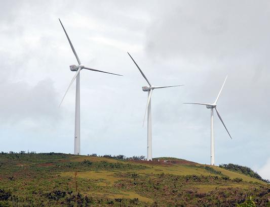 Energías renovables y eólica: Parque eólico en Galápagos con tres aerogeneradores