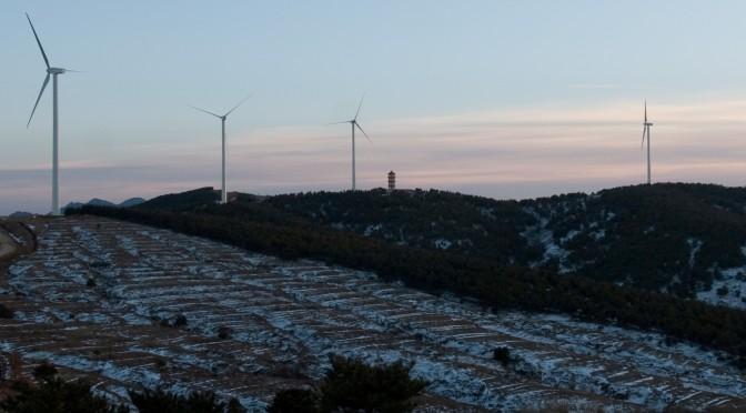 Gamesa instalará 25 aerogeneradores G97-2.0 MW para HCIG y 21 turbinas eólicas del mismo modelo para UPC. Gamesa, líder tecnológico global en la industria eólica, ha firmado dos nuevos contratos en China para el suministro de 50 MW al grupo Hebei Construction & Investment Group (HCIG) y 42 MW al promotor eólico chino UPC. Según el alcance del acuerdo con HCIG, Gamesa instalará y pondrá en marcha 25 turbinas del modelo G97-2.0 MW, en el proyecto eólico de Nandianziliang, ubicado en la provincia de Shanxi, al norte de China. La entrega de los aerogeneradores está prevista para mayo de 2015 y la puesta en marcha del parque se realizará a lo largo del tercer trimestre de este año. Desde 2008, Gamesa ha suministrado 180 MW a este cliente, uno de los diez operadores más importantes del país asiático. GAMESA CHINA 92 MW Por su parte, el contrato con UPC incluye el suministro e instalación de 21 turbinas G97-2.0 MW en el parque eólico Huangyan, en la provincia de Zhejiang, al este del país. El suministro de las máquinas se realizará en abril de este año y el parque entrará en operación a partir de junio. Se trata del primer acuerdo que Gamesa cierra con el promotor chino UPC. Eólica y energías renovables: Gamesa vende dos parques eólicos con 18 aerogeneradores en Alemania. Gamesa eólica suministrará 69 aerogeneradores para un parque eólico de Renovalia en México.Eólica y energías renovables: Gamesa vende dos parques eólicos con 18 aerogeneradores en Alemania. Gamesa eólica suministrará 69 aerogeneradores para un parque eólico de Renovalia en México. Estos dos nuevos contratos, firmados durante el último trimestre del año pasado, refuerzan la estrategia comercial de Gamesa en China, donde la compañía acumuló en 2014 acuerdos para el suministro de 450 MW. Veintiún años de experiencia y la instalación de más de 30.000 MW en 46 países consolidan a Gamesa como uno de los líderes tecnológicos globales en la industria eólica. Su respuesta integral incluye el diseño, fabricación, i