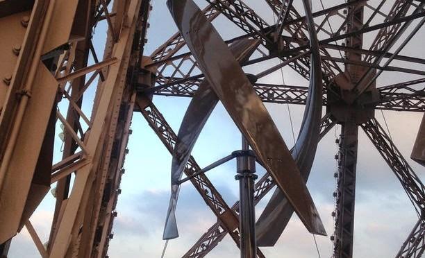 Torre Eiffel instala energía solar y eólica con dos aerogeneradores.