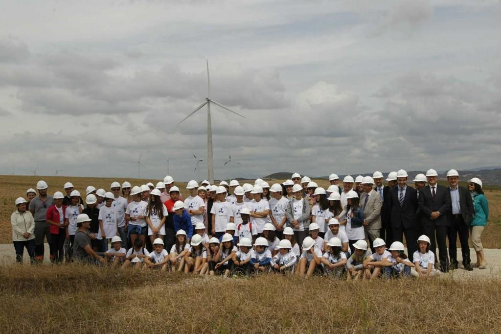 Autoridades y representantes de la la Asociación Empresarial Eólica (AEE) visitaron estas instalaciones en una jornada en la que se entregó a este municipio navarro el Premio a la Integración Rural de la Eólica.