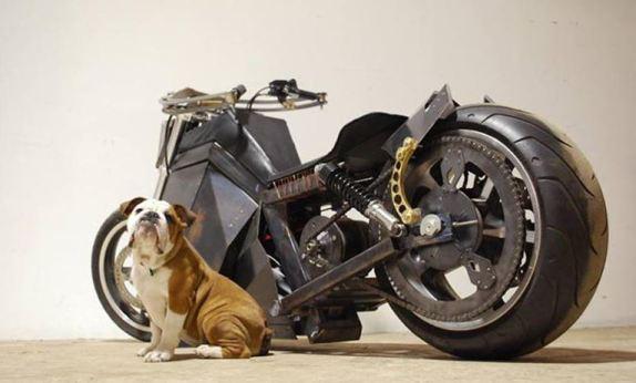 Crean moto que se carga con energía solar y eólica
