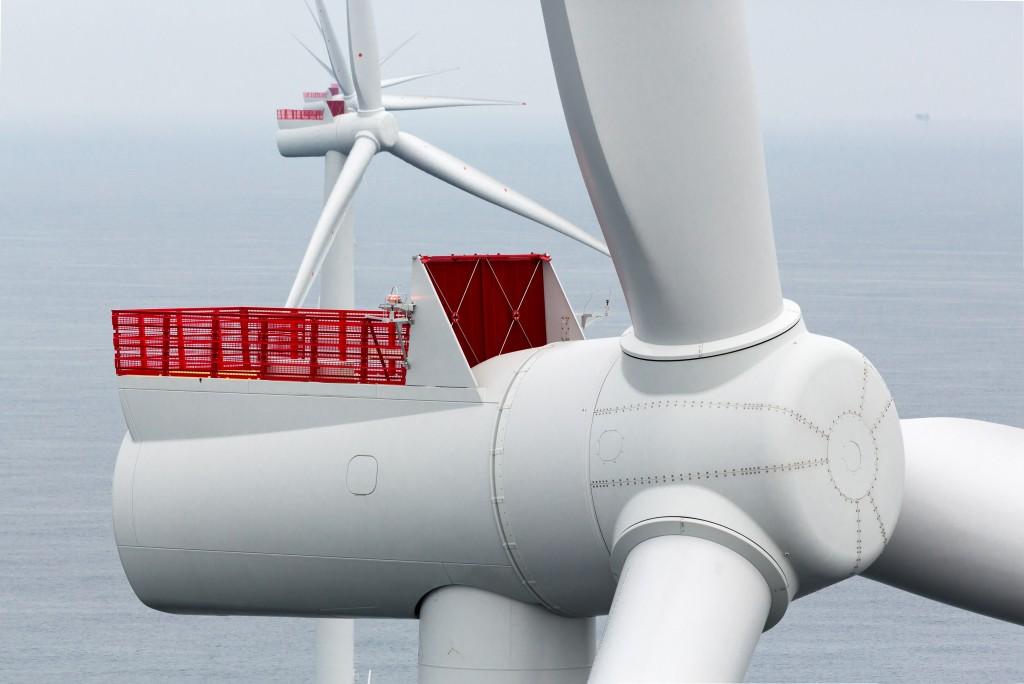 Die Siemens SWT-6.0-154 mit 6 Megawatt Nennleistung steht für den Erfolg des Siemens Direktantriebs. Bislang wurde die getriebelose Anlage für mehr als zehn Offshore-Projekte bestellt. Zahlreiche Einheiten sind in Betrieb. In Cuxhaven produziert Siemens ab 2017 das auf 7 Megawatt verstärkte Modell SWT-7.0-154. The Siemens SWT-6.0-154 with a 6 megawatt power rating stands for the success of Siemens direct drive technology. This direct drive unit has already been ordered for more than ten offshore projects, and numerous units are already in operation. Beginning in 2017, Siemens will produce the enhanced 7 megawatt model SWT-7.0-154 in Cuxhaven.