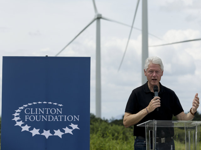 Expresidente Clinton inaugura parque eólico en Panamá