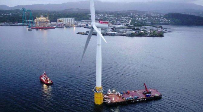 Cómo es la primera central eólica que flota en el mar