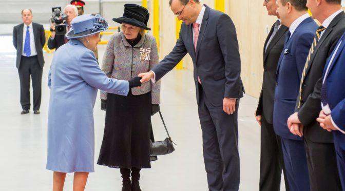 La Reina Isabel visita la fábrica de palas de Siemens Gamesa en Hull
