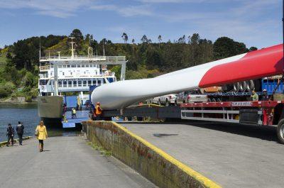 Transportes Austral comienza traslado de las palas de los aerogenerados eólicas desde Puerto Montt a Dalcahue