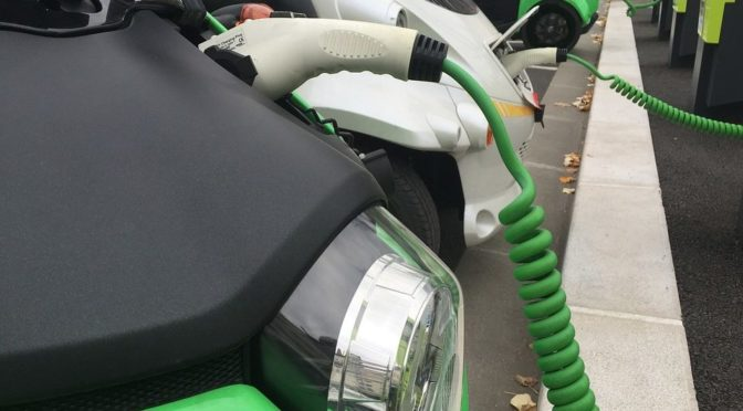 Diferencias entre conducir un coche eléctrico y uno de gasolina
