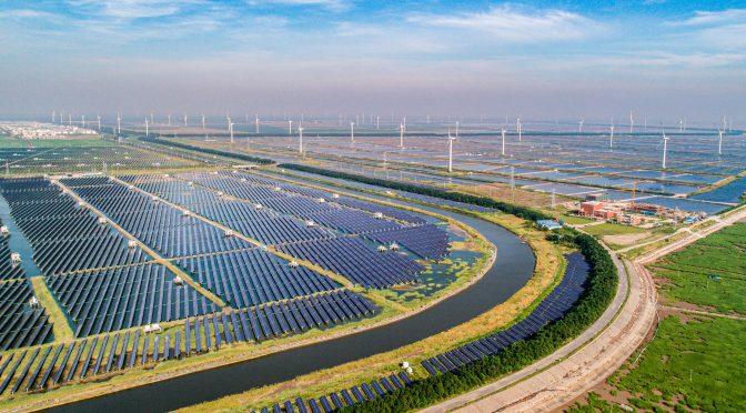China lidera la energía eólica y solar