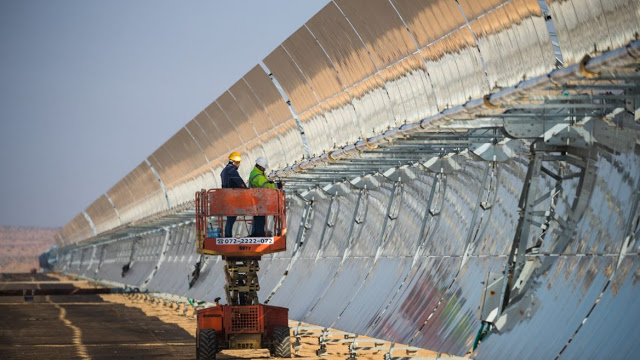 Israel inaugura una central termosolar de canal parabólico