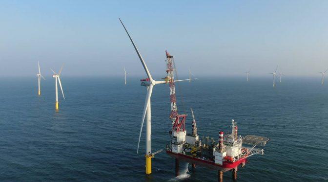 Turbina eólica final instalada en el primer parque eólico marino de Taiwán