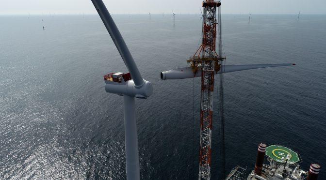 Turbina eólica final instalada en el parque eólico marino más grande del mundo