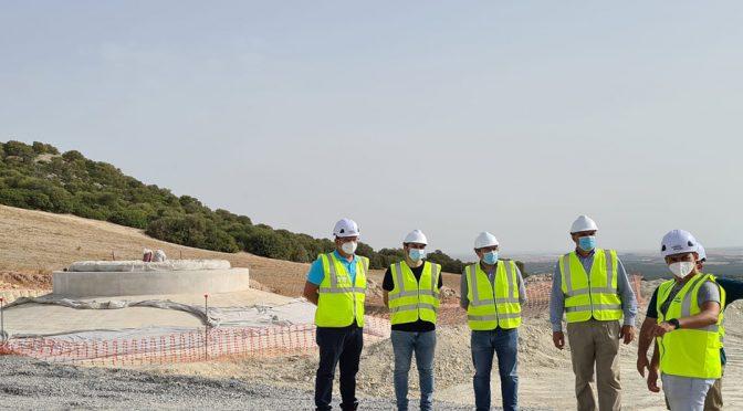 El alcalde de Lebrija visita el parque eólico Loma de los Pinos, que Capital Energy construye